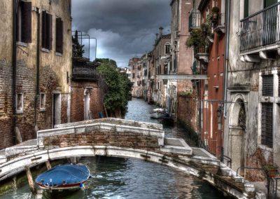 Brücke ohne Geländer mit Boot Venedig