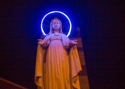 Maria mit Neonschein Sienna