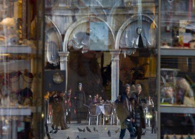 Touristen in der Schaufensterscheibe Venedig