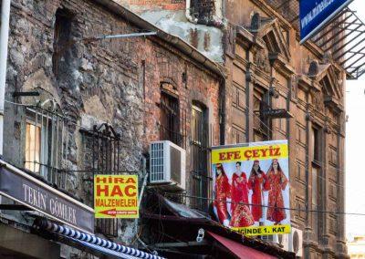 altes Haus mit bunten Plakaten Istanbul