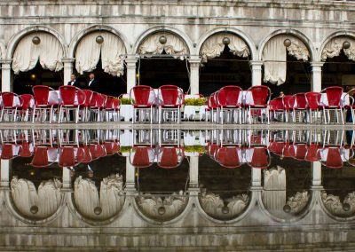 rote Stühle auf überflutetem Platz Venedig