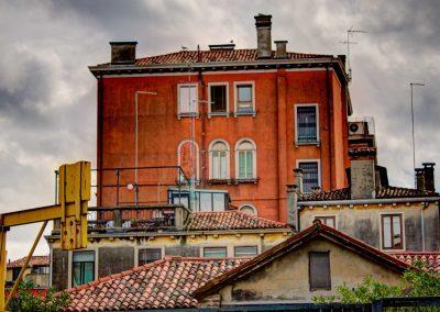 rotes Haus mit gelber Hebevorrichtung Venedig