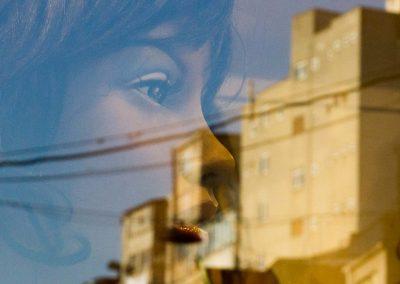 weibliche Spiegelung vor Gebäude Istanbul