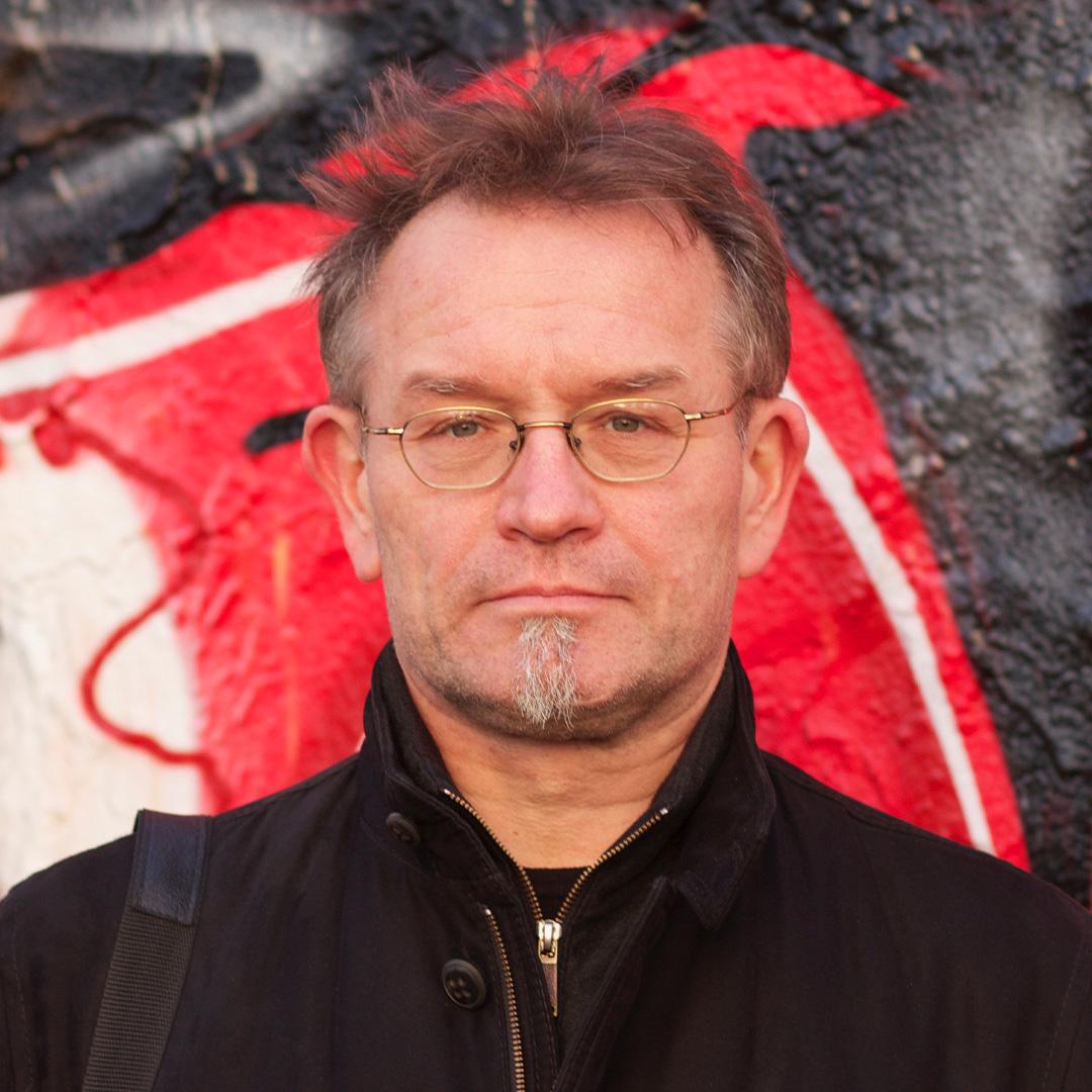 Frank Georg Schlosser, Schriftsteller, hiervor der Berliner Mauer